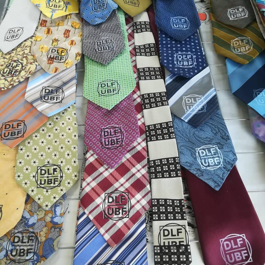 Sérigraphie des cravates qui emballent les jeux de cartes